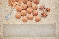 Het suikergoed van chocoladetruffels op een achtergrond van de textuur van de jutezak Royalty-vrije Stock Afbeelding