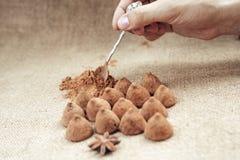 Het suikergoed van chocoladetruffels op een achtergrond van de textuur van de jutezak Stock Fotografie
