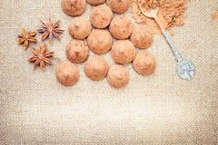 Het suikergoed van chocoladetruffels op een achtergrond van de textuur van de jutezak Stock Afbeelding