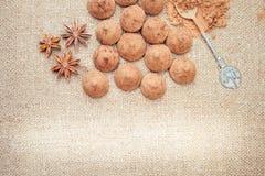 Het suikergoed van chocoladetruffels op een achtergrond van de textuur van de jutezak Royalty-vrije Stock Fotografie