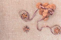 Het suikergoed van chocoladetruffels op een achtergrond van de textuur van de jutezak Royalty-vrije Stock Foto