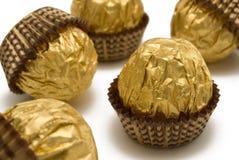 Het suikergoed van de chocolade is in het gouden verpakken stock foto