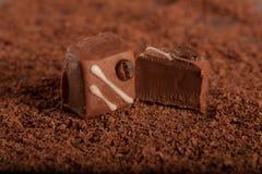 Het suikergoed van de chocolade op geraspte chocoladeachtergrond Royalty-vrije Stock Fotografie