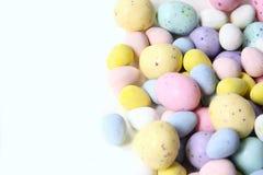 Het Suikergoed van pastelkleurpasen met binnen Chocolade Stock Foto's