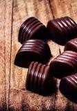 Het suikergoedachtergrond van de close-up bruine chocolade. Chocoladetruffels  Stock Fotografie