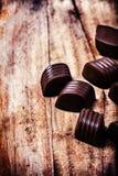 Het suikergoedachtergrond van de close-up bruine chocolade. Chocoladetruffels op houten lijst Stock Foto's