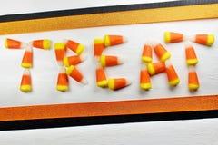 Het suikergoedgraan ` BEHANDELT ` op Witte Achtergrond royalty-vrije stock foto