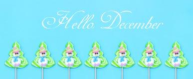 Het Suikergoedlolly van Hello December van grappige sneeuwman, Kerstboom op blauwe achtergrond royalty-vrije stock fotografie