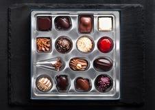 Het suikergoedverscheidenheid van de luxe witte en donkere chocolade Royalty-vrije Stock Foto