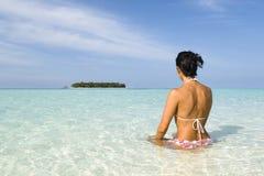 Het suntanning van de vrouw op wit zandstrand Stock Afbeeldingen