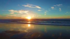 Het surfen in Arifana in tbe de Atlantische Oceaan in Portugal