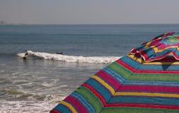 Het surfen bij de Kust Stock Foto
