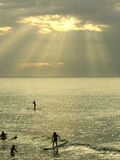 het surfen bij de zonsondergang Royalty-vrije Stock Afbeeldingen
