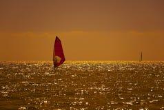 Het surfen bij zonsondergang Royalty-vrije Stock Afbeelding
