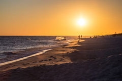 Het surfen bij Zonsondergang stock afbeelding