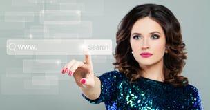 Het Surfen en www het Concept van Internet met het Richten van Vrouwelijke Hand Royalty-vrije Stock Afbeelding