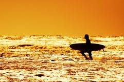 Het surfen en zonsondergang royalty-vrije stock foto's
