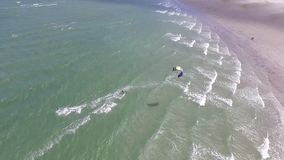 Het surfen met valschermen in het overzees stock videobeelden