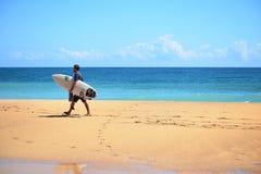 Het surfen op Bluff Strand op de eilanden Panama van Bocas del Toro stock fotografie