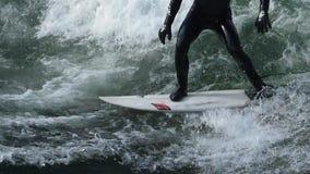 Het surfen op golven langzame motie 3 stock videobeelden