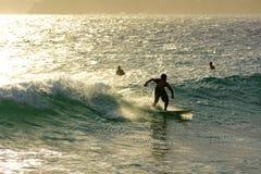 Het surfen op Ipanema-strand Stock Fotografie