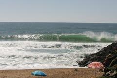 Het surfen op strand Stock Foto's