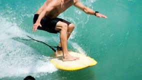 Het surfen in tropisch water Stock Foto's