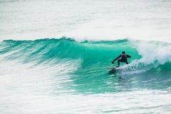 Het surfen in turkoois vat in oceaan Royalty-vrije Stock Foto