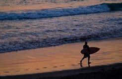 Het Surfen van de zonsondergang Stock Fotografie