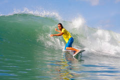 Het surfen van een golf Stock Foto