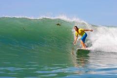 Het surfen van een golf Stock Foto's