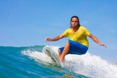 Het surfen van een golf Stock Afbeelding