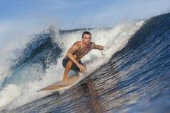 Het surfen van een golf Royalty-vrije Stock Afbeelding