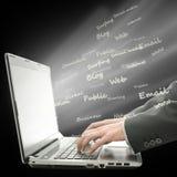 Het surfen van het World Wide Web op laptop Stock Afbeeldingen