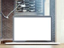 Het surfen van Internet op laptop in een koffie Stock Afbeelding