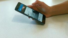 Het surfen van Internet op uw smartphone stock videobeelden
