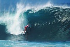 Het Surfen van Owen Wright van Surfer Pijpleiding in Hawaï royalty-vrije stock fotografie