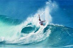 Het Surfen van Owen Wright van Surfer Pijpleiding in Hawaï stock foto