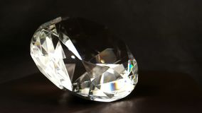 Het Swarovskikristal met lichtbruine achtergrond en wervelingen, Juwelen, edelsteen, fonkelingen in het licht, glanst kristal stock videobeelden