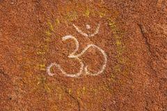 Het symbool OM wordt getrokken op een tamboo Boeddhisme, yoga, zen Rotsdr. stock afbeeldingen