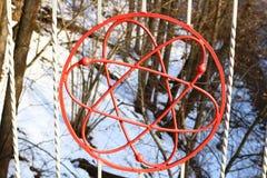 Het symbool van het atoom op de omheining stock foto's