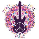 Het symbool van de hippievrede Vrede, liefde, muziekteken en gitaar op overladen kleurrijke mandalaachtergrond Stock Fotografie