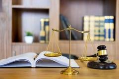 Het symbool van de procureurshamer van de Rechterswet met Rechtvaardigheidsadvocaten dient Desktop, werkplaats met documenten in stock afbeeldingen