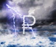 Het symbool van de roebelmunt in de stormachtige hemel met bliksemstreptokok Stock Foto