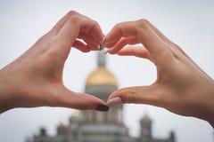 Het symbool van hart dat uit vingers van meisjes door het wordt samengesteld is gezien S Stock Fotografie