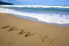 Het symbool van Internet trekt op strand Stock Foto