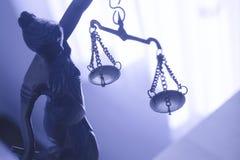 Het symbool van het metaalstandbeeld van rechtvaardigheid Themis stock foto's