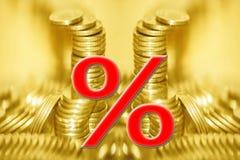Het symbool van percenten op de achtergrond van geld stock foto's