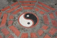 Het symbool van Yin yang op de vloer Royalty-vrije Stock Afbeelding