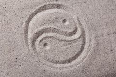 Het symbool van Yin yang in zand Royalty-vrije Stock Afbeelding